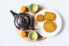 Księżyc herbata dla Chińskiego w połowie jesień festiwalu i tort Odizolowywający na bielu Odbitkowy space/ Zdjęcie Stock