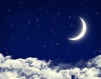 Księżyc i gwiazdy w chmurnym nocy niebieskim niebie