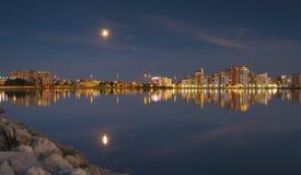 Księżyc i pejzażu miejskiego światła, odbijają z schronienia nawadniają, poole Obrazy Royalty Free