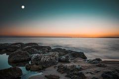 Księżyc na morzu zdjęcie royalty free