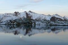 Księżyc nad jeziorem w Szwajcarskich Alps zdjęcia royalty free