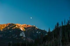 Księżyc nad pasmem górskim Zdjęcie Stock