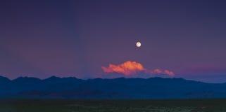 Księżyc od czerwieni chmury Obrazy Royalty Free