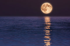 księżyc odbijająca woda piękna krajobrazowa natura Obrazy Stock