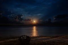 Księżyc pod oceanem na niebie z gwiazdą Fotografia Stock