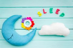 Księżyc poduszka, chmury i sen kopia dla stawiający nowonarodzonego w łóżku na mennicy zieleni drewnianego tła odgórnym widoku, zdjęcia royalty free