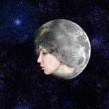 Księżyc przeniesienia w twarzy piękna kobieta w niebie. Zdjęcie Royalty Free
