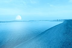 Księżyc przy horyzontem nad oceanem Obrazy Royalty Free