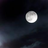Księżyc przy nocnym niebem Obrazy Royalty Free