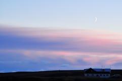 Księżyc przy zmrokiem z domem i samochodem w kącie wizerunek zdjęcia stock