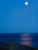 księżyc target1435_0_ morze Zdjęcia Stock