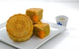 Księżyc tort, Chiński deser na bielu talerzu z gorącą herbatą Obrazy Royalty Free