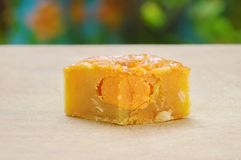 Księżyc tradyci tortowy Chiński deser faszerujący mushed durian cięcie dla kawałka na kotlecika bloku obraz stock
