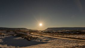 Ksi??yc ustawia blisko godafoss siklaw, Iceland fotografia stock