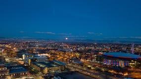 Księżyc ustawia nad górą jak świt Fotografia Royalty Free