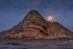 Księżyc ustawiająca przy Turimetta przylądkowymi północnymi plażami Zdjęcia Stock