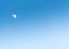 Księżyc w dniu na niebieskim niebie Obraz Royalty Free