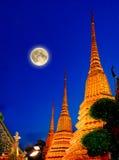 Księżyc w pełni i Wata Pho świątynia Phra Chetuphon lub Wat, Bangkok Tajlandia Fotografia Royalty Free