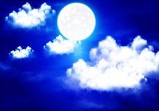 Księżyc w pełni iluminuje nocy chmurnego niebo ilustracji