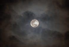Księżyc w pełni na chmurnym czarnym niebie Zdjęcie Royalty Free