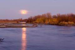 Księżyc W Pełni na horyzoncie Odbija w Platte wodzie rzecznej Fotografia Stock