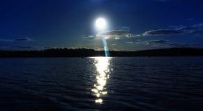 Księżyc w pełni na jeziorze przy nocą zdjęcie royalty free