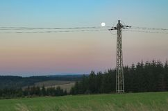 Księżyc w pełni nad linia energetyczna fotografia stock