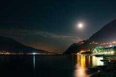 Księżyc w pełni nad nocy wioską Limone na Garda jeziorze Fotografia Royalty Free