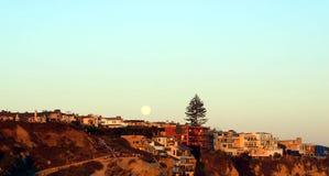 Księżyc w pełni nad pięknymi plażowymi domami Fotografia Royalty Free