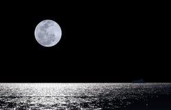 księżyc w pełni nad wodą Fotografia Royalty Free