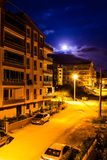 Księżyc W Pełni niebo Wśród budynków Zdjęcie Stock