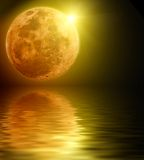 księżyc w pełni odbijająca woda Fotografia Royalty Free
