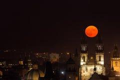 Księżyc w pełni pośrodku góruje kościół Nasz dama przed Tyn, Praga, republika czech Zdjęcie Stock