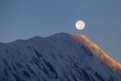 Księżyc w pełni podczas wschodu słońca na tle nakrywający w himalaje górach w Nepal Zdjęcia Royalty Free