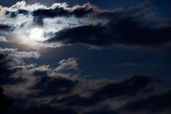 Księżyc w pełni przez przelęknienie burzy chmur Zdjęcia Stock
