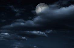 Księżyc w pełni w nocnym niebie z chmurami. Obraz Royalty Free