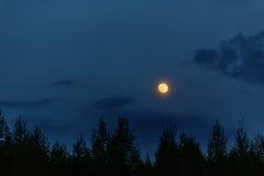 Księżyc w pełni w wieczór niebie Zdjęcia Royalty Free
