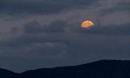 Księżyc w pełni wydźwignięcie za chmurami Obraz Stock