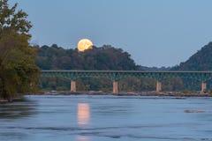 Księżyc W Pełni Wzrasta Nad mostem Fotografia Stock