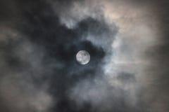 Księżyc w pełni z chmurami, księżycowy halo i pierścionek Zdjęcia Royalty Free