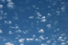 Księżyc w ranku niebie Zdjęcia Royalty Free