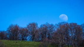 Księżyc w szerokim świetle dziennym, widok od Bułgaria Fotografia Stock