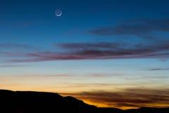 Księżyc w wieczór niebie Fotografia Royalty Free
