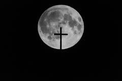 Księżyc z kościelnym krzyżem w przodzie zdjęcie stock