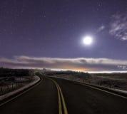 Księżyc zaświecająca noc na drodze obrazy royalty free