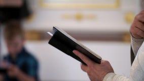 Księdza modlenie z biblii książką w kościół zdjęcie wideo