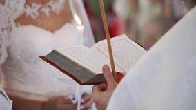 Księdza modlenie z biblii książką w kościół zbiory