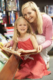 księgarni córki matka Obraz Royalty Free