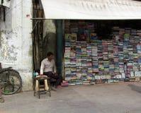księgarz w jego ulicznym sklepie fotografia royalty free