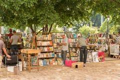 Księgarzi zbliżają Plac De Los angeles Catedral w Stary Hawańskim, Kuba Obraz Royalty Free